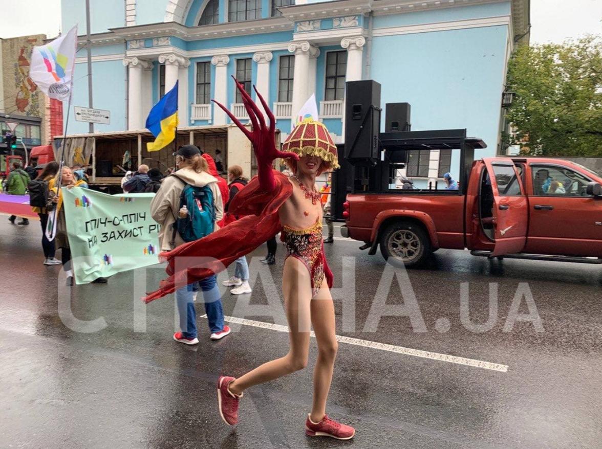 В Киеве проходит марш ЛГБТ: против него вышли националисты. Обновляется